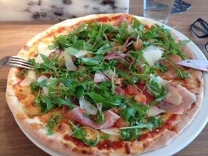 """Fick faktiskt pizza! Bruschetta"""" =mycket tomater och ruccola  och riktigt tunn botten:)"""